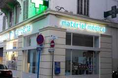 14.cruz-mas-corporeas-pmma-iluminadas-para-farmacias3
