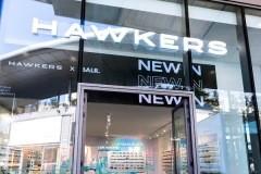01.retail-corporeas-pmma-iluminadas-mas-mobiliario-tiendas-Hawkers