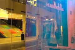 05.retail-vinilo-dicroico-mas-vinilo-marmol-y-corporeas-pmma-blanco-mobiliario-Hawkers