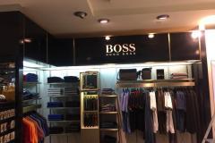 17.placas-pmma-con-corporeas-vinilo-iluminada-tienda-Boss