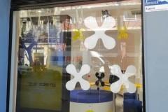 34.retail-tiendas-Sonrie-rotulo-letras-corporeas-iluminadas-pmm-sobre-fondo-rejilla-metalica-lacada
