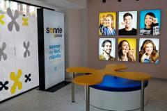 35.retail-tiendas-Sonrie-totem-mes-colgantes-pvc-y-pmma-mobiliario-sofa-y-cuadros-de-aluminio-y-textil-frame-iluminados