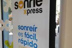37.retail-tiendas-Sonrie-totem-de-mas-textil-frame-iluminacion-led
