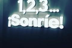 38.retail-tiendas-Sonrie-rotulo-letras-corporeas-iluminadas-pmm-mas-estructura-para-colgar-pared-interior-tienda