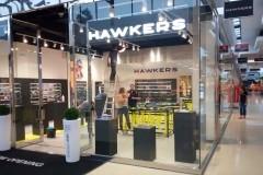 02.retail-tiendas-Hawkers-vinilos-mas-corporeas-pmma-blanco-con-luz-y-mobiliario
