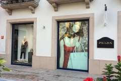 07.retail-corporeas-retroiluminadas-exterior-interior-tienda-Prada2