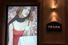 07.retail-corporeas-retroiluminadas-exterior-interior-tienda-Prada3
