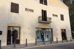 08.corporea-fresada-y-vinilo-impreso-tienda-Boss