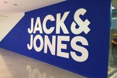 12.corporeas-PVC-lacadas-mas-pared-pintada-color-corporativo-JackJones