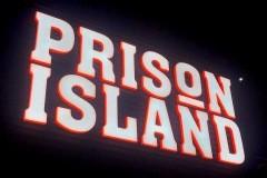 43.rotulo-corporeas-en-pmma-blanco-y-naranja-iluminadas-con-estructura-hierro-Prision-island