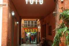 90.rotulo-corporeas-pmma-blancas-iluminadas-y-estructura-hierro-Toto