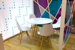 19.espacio-zona-reunion-en-pvc-fresado-mas-pmma-con-vinilo-color-stand-Penelope