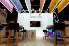 21.rampa-acceso-tarima-impresa-con-vinilo-suelo-mas-mobiliario-stand-Penelope